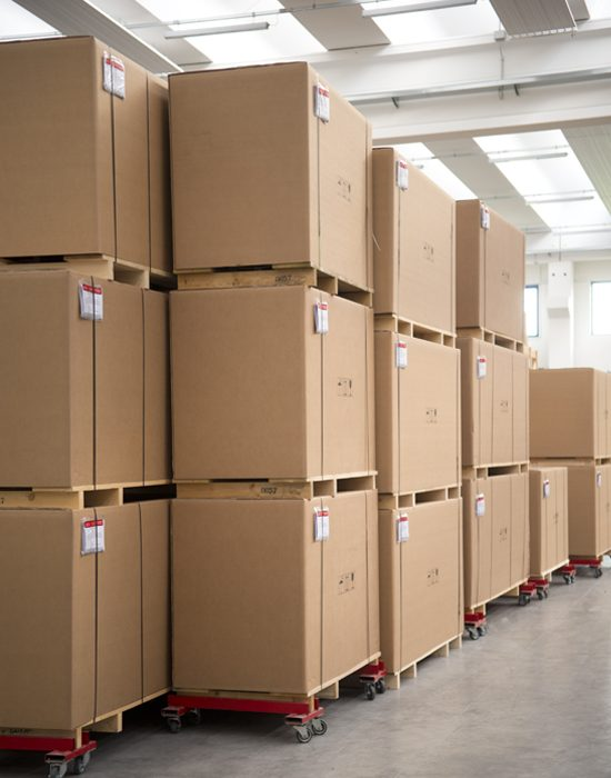 serie di pallet con prodotti in pronta consegna dentro al magazzino