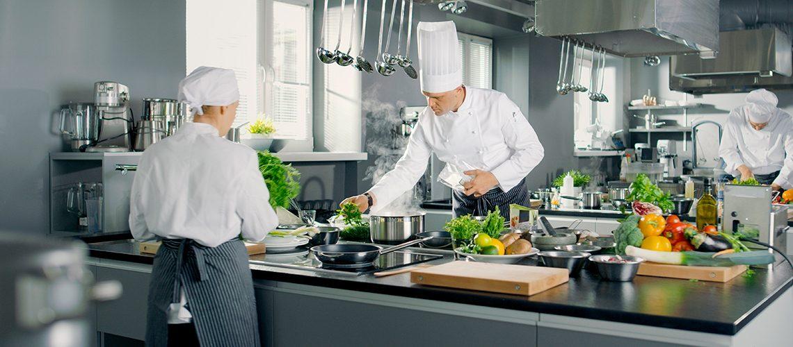 cucina professionale con cuochi
